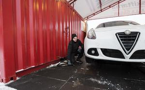 Ivan Kalinin, till vardags byggnadsarbetare  i Lettland med metall som specialitet, tycker att säsongsjobbet är ett bra tillskott till vardagsekonomin.