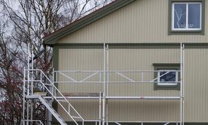 Det här huset hade tidigare en ljusgrön fasad. Bygglov har getts i efterhand för den nya färgen.
