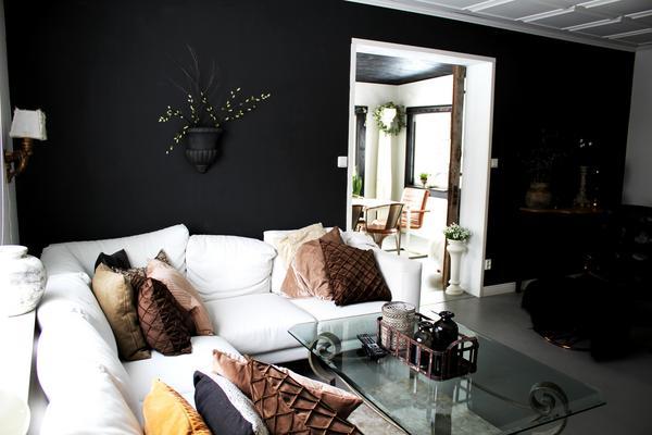 Den vita hörnsoffan är ett av de senaste köpen till huset. Den kommer från Ikea.