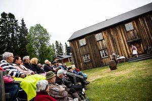På Edevallen spelades fars om Botvid mellan 1998 och 2002. Nu har delar av ensemblen, i Mats Hurtig och Jan Sundberg, påbörjat sitt femte år i fars-serien om Rudolf Johansson på hembygdsgården Tunbacken.