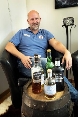 Håkan Dahlbergs har sin egen whiskyhörna, med en tunna som härstammar från Box i Ådalen.