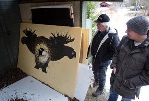 Christer Renhult och Kurt Arkestål är glada att det blivit en bullerutredning, men reagerar på att det saknas bygglov för skjutbanorna som stör deras vardag.