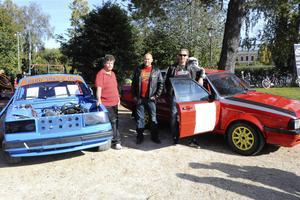 MK VMT Jämtland, där en rad lokala motorklubbar ingår, visade upp både en rallycrossbil och en rallybil. Från vänster: Håkan Grundahl från Krokom MK, Jens Norrlund som var en nyfiken besökare och Micke Gälliner från Jämtlands MK. Hans röda rallybil har gått rally sedan den var ny 1985. Numera kör han med sin dotter som kartläsare.