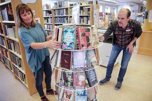 Varje månad har biblioteket cirka 1 500 besökare, berättar Anna-Karin Karlsson och Anders Berggren. Förhoppningen är att den siffran kommer att öka när  man nu får lokaler i markplan.