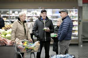Hjördis Wadström, Gerhard Jansson, Carola Eriksson och Rune Jansson i samtal på grönsakstorget.