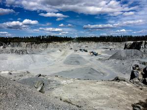 Om de 3,1 miljoner ton bergmaterial som varje år bryts i täkter i Västernorrland fraktas kortare väg sänker vi klimatavtrycket väsentligt. En förutsättning är att tillståndsprocesserna för nya täkter blir mer enhetliga och förutsägbara, skriver debattförfattarna.