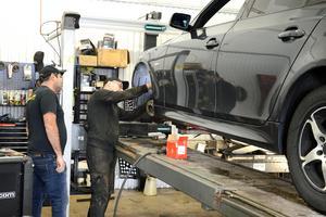 Mohammed Khatoume, som driver verkstaden, och mekanikern Håkan Lindqvist ser fram emot att köra eget.