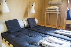 Vid övernattning erbjuds sovplats på två japanska futonmadrasser direkt på golvet.