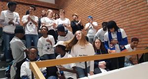 De 22 ungdomarna hade hittat en speciell plats i Nya Sporthallen, där de gav Jämtland Basket sitt stora stöd. En av ledarna hade dessutom tagit med sig en stor trumma, som höjde stämningen betydligt.Foto: Privat