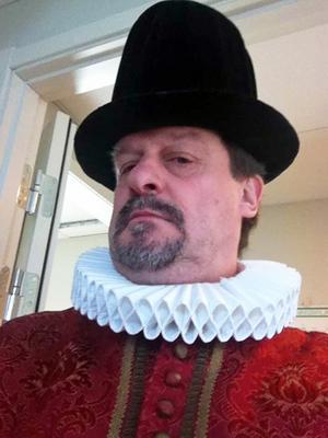 Anders Gäfvert klädde ut sig till kung Johan III för att högtidlighålla dagen när Härnösand blev stad.