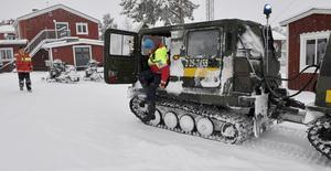 Tidig snö överraskade en fjällturist som hämtats ner från fjället, med bandvagn av Arne Näsvall 2016.