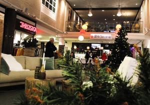 En hållbar lounge har byggts upp i Guldsmeden i samarbete med Återvinningscentralen. Kaféet 24 Carat lockar kunder med att servera det som hör julen till under julruschen.