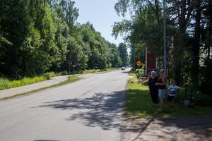 Inger Johansson och Lena Ögren upplever att många kör för fort på Stenövägen. Något som även kommunens mätningar visar.