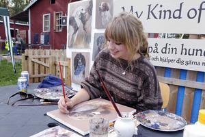 My Hansson hade ett gyllene tillfälle att vid hundutställningen visa sitt kunnande i måleriets konst vad gäller att fånga hunden i rätt ögonblick.