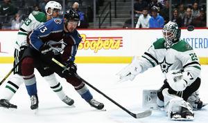 Emil Djuse, här bakom Colorado Valeri Nichushkin, i en försäsongsmatch i september, är numera proffs i NHL-klubben Dallas.  Hittills har det dock bara blivit spel i farmarlaget. Foto: TT/David Zalubowski