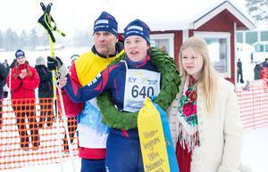 Tävlingsansvarige Evert Ryen, damklassvinnaren Kristina Lycke och kranskullan Elin Bygg.