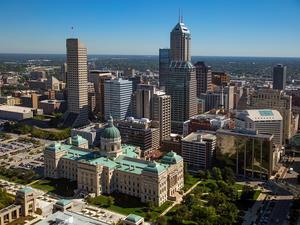 Indianapolis realtivt lilla stadskärna med delstatskongressen i förgrunden.