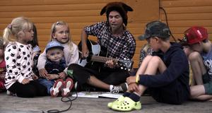 Theodor Nygren sjöng tillsammans med barnen från scenen i stadsparken.