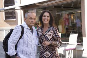 Micke Adermalm och Nettan Göthlin utanför klädaffären Plagget som Nettan äger.