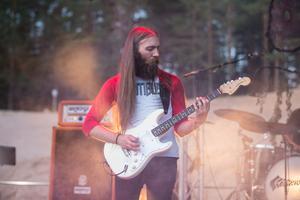 Basisten Tim Ångström i Skraeckodlan.