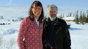 Anna Hansson, hotellchef Storhogna och Thomas Wassberg, Åsarna IK, hoppas på att många längdåkare kommer till Åk en mil, vinn en bil. Foto: Stefan Persson