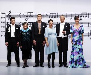 """Greppar dirigentpinnen. Ola Rapace, Viveca Lärn, Jörgen Kruth, Marit Bergman, Claes Elfsberg och Petra Mede lär sig att dirigera en symfoniorkester i SVT:s """"Maestro""""."""