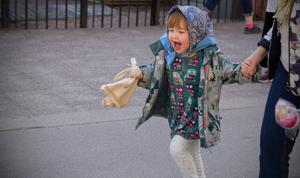 Olivia Drott, 3 år, strålade av glädje i påskparaden.