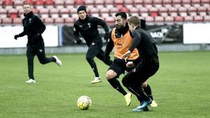 Jiloan Hamad driver bollen förbi Oliver Kåhed under träningen på Behrn arena. Bakom