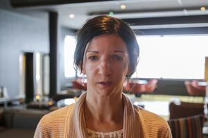 För Eva Martinsson tar det ungefär en veckas heltidsarbete att skriva manus till ett poddavsnitt, som sedan blir uppläst av poddens upphovsman, Dan Hörning.