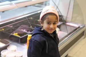 Selma Assali hör till den tredje generationen Assali på Hamnvikvägen. Hon ville också vara med, när NP kom på besök.