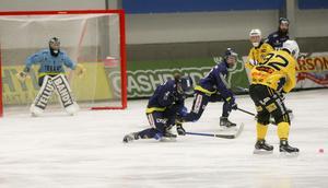 Jesper Öhrlund prövar målvakten Markus Karlsson med ett skott.