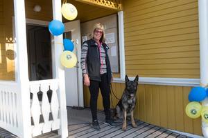 Lena Funseth Norberg tillsammans med sin Dizel som är en från en Molars-kennel.