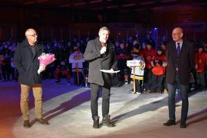 Mikael Westberg och Lars Isacsson från Avesta kommun uppvaktar Skogsbo SK och cupgeneralen Rolf Laki.