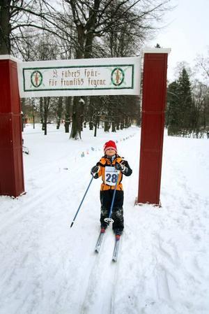 MÖRKER. Simon Jeppsson, 6 år, hade begränsad syn när hansmössa gled ner. Men det hindrade honom inte från att komma i mål.