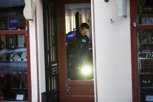 Det krossade glaset var något som polisens tekniker synade med lampor. Det såg också ut som vissa skärvor togs med för vidare undersökning.