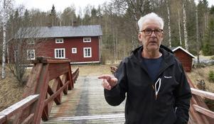 Ulf Swedh har gården alldeles vid bron.