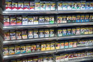 Cigaretter i långa rader.
