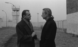 Änglarna Damiel (Bruno Ganz) och Cassiel (Otto Sander) vid det delade Berlins hårt övervakade gräns. Foto: Pressbild/Wim Wenders Siftung