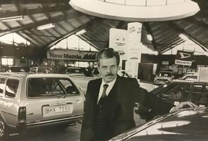 Ove Andersson öppnade bilhallen, som är byggd som en kupol, på Tunbytorp 1977.                                                                                              Foto: VLT:s arkiv