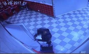Mannen satt fast något i dörren för att den inte skulle slå igen.  Bilder: Polisens förundersökning