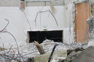 Klockan har stannat i den före detta aulan som nu ligger i ruiner.