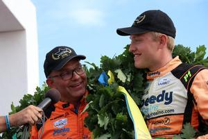 Till vardags är även Dennis Rådström förare. Men under midnattssolsrallyt 2019 fick han agera kartläsare åt pappa Arne.
