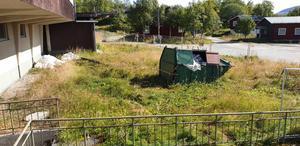 Bråte och containrar. En tänkt renovering som inte kommit igång skapar oreda på Hotell Tänninges tomt. Foto: Privat