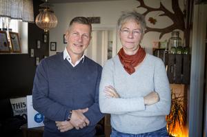 """Lars Carlstrand, ordförande i Svensk massage och Tone Lyche, ordförande i Yrkesmassörernas förbund arbetar för att få en skyddad yrkestitel i branschen. """"Vem som helst kan starta en massageskola och kalla sig massör. It's a bag of worms, säger Tone  Lyche."""