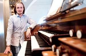 Sebastian Johansson ger två orgelkonserter i Tidaholms kyrka på lördag.