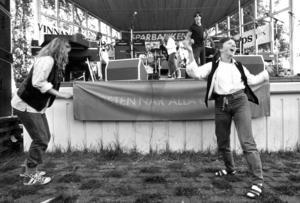 Det lokala bandet Café M fick publiken  i Badhusparken att dansa.