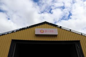 Den flagnade färgen på hustakets plåt vittnar en del om att P-za ligger i en tidigare industrilokal.