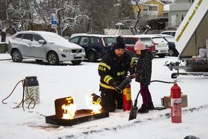 Här berättar brandmannen hur Nina Imamovic ska göra för att kunna släcka elden.