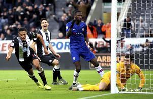 Newcastle tog en fin skalp när de hemmabesegrade Chelsea i Premier League i lördags. Isaac Hayden, längst till vänster, satte här segermålet 1–0 efter fyra minuters stopptid. Nu väntar Oxford från League 1, tredjedivisionen, på hemmaplan i FA-cupen. Det blir seger, veckans säkraste tecken. Foto: Owen Humphreys/PA/AP/TT