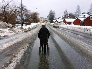Elsy-Marie Sundström tvingas ut i körbanan eftersom gc-vägen inte är farbar.
